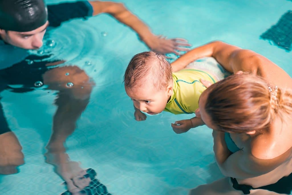 bébé nageur piscine parents